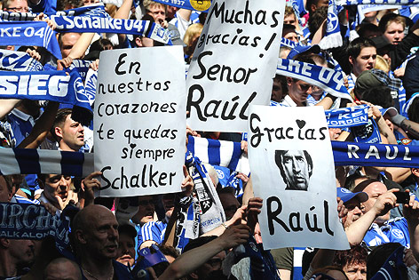 """La afición del Schalke 04 despide al """"Señor"""" Raúl, tras dos temporadas de ensueño"""
