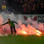 Jugadores del Hertha sacando bengalas del campo