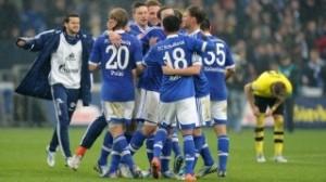 Los jugadores del Schalke abrazados tras el pitido final.