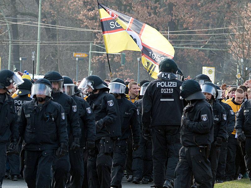 Hinchas del Dynamo Dresden escoltados por la policía al estadio