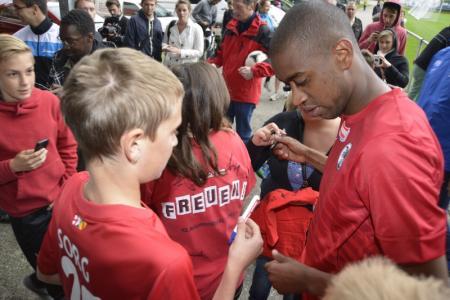 Fernandes firmando autógrafos para los aficionados.