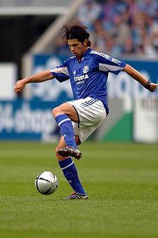 Levan Kobiashivili controla un balón ante el FC Basel en 2004. Foto: Schalke04
