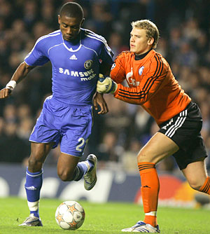 Manuel Neuer (der.) disputa un balón con Salomón Kalou (izq.) en Stamford Bridge en 2007. Foto: Getty