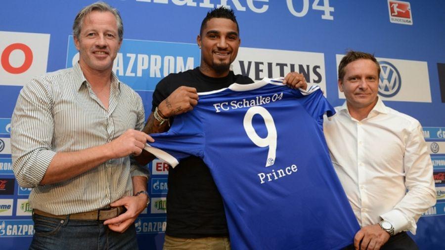 Kevin-Prince Boateng (centro) posa durante su presentación junto a Jens Keller (izq.) y Horst Heldt (der.) Foto: Schalke04
