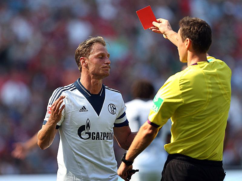 Höwedes veía la tarjeta roja, lo que acabaría con el primer gol del partido para el Hannover. Foto: Kicker