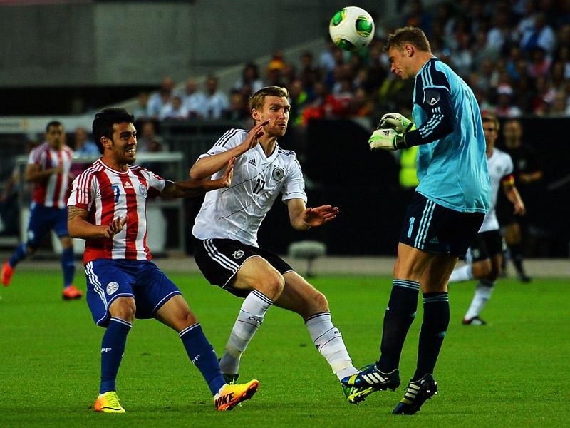 Manuel Neuer (der.) despeja un balón de cabeza ante la atenta mirada de Per Mertesacker (centro) y José Ariel Núñez (izq.) Foto: Getty Images.