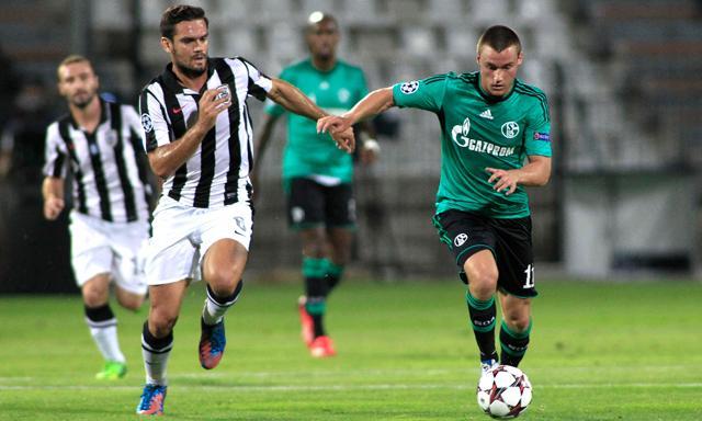 Christian Clemens conduce el balón ante la mirada de Tziolis. Foto: UEFA