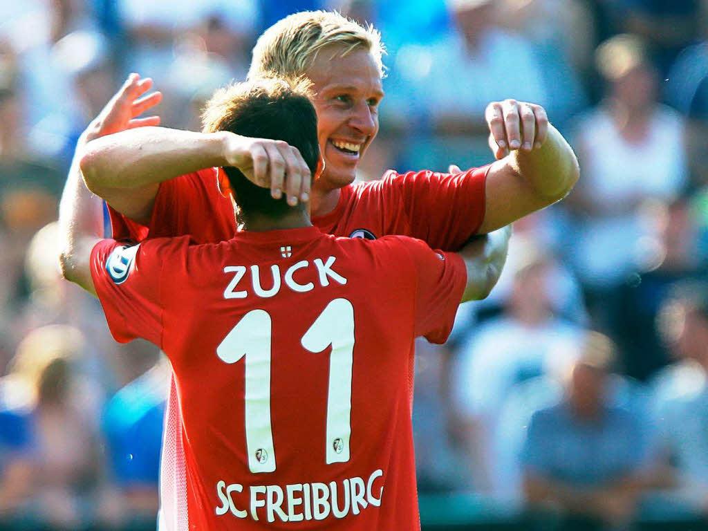 Llegó la calma.Zuck celebra su primero gol con Hanke. Fuente: badische-zeitung. Foto: AP