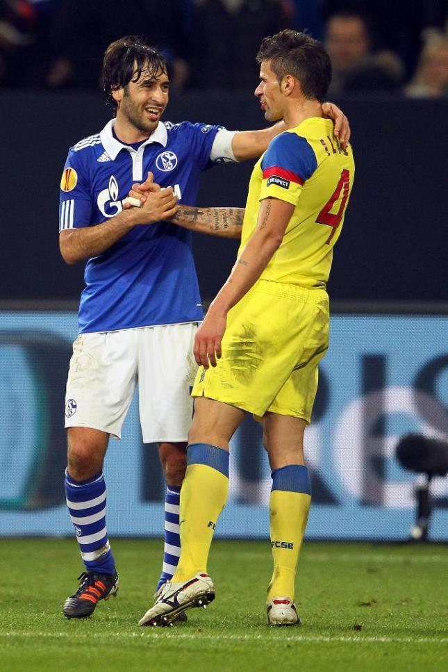 Raúl Goonzález saluda a Valentin Iliev tras el partido disputado en el Veltins-Arena en diciembre de 2011. Foto: UEFA.com