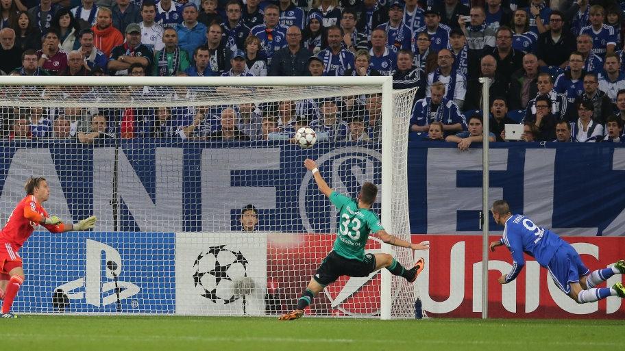 Fernando Torres remata en el segundo palo para poner el 0-1 en el electrónico del Veltins-Arena. Foto: Schalke 04.
