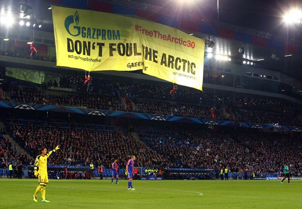 Pancarta desplegada por Greenpeace en el St. Jakob Park. Foto: Getty Images