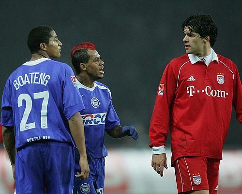 Boateng, con el dorsal 37 a la espalda, se encara con Michael Ballack durante un Hertha Berlin - Bayern München en la temporada 2004/05. Foto: REUTERS