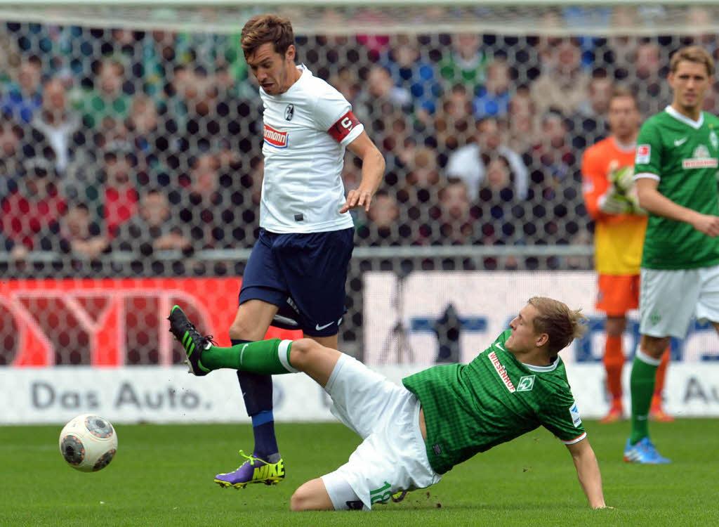 Julian Schuster (izquierda) y Felix Kroos (derecha) disputan el balón. Fuente: Badische Zeitung / Foto: AP