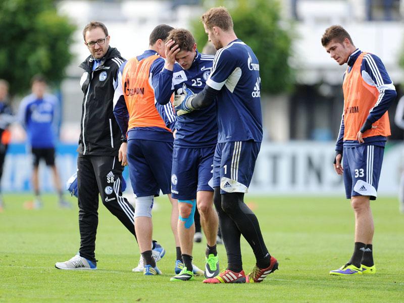Huntelaar se marcha lesionado del entrenamiento del pasado lunes, ayudado por su compañero Fährmann. Foto: Kicker.de