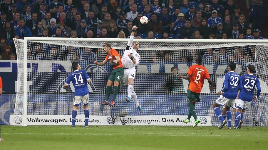 Lars Unnerstall despeja un balón de puños durante el Schalke - Werder Bremen de la pasada temporada. Foto: Schalke 04.
