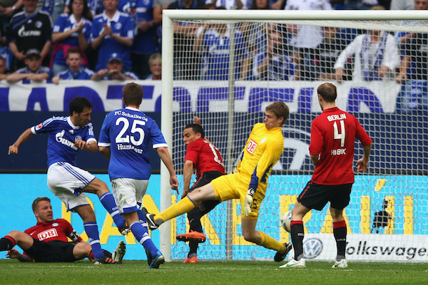 Raúl González durante una acción ante Thomas Kraft en el 4-0 favorable para el Schalke, el 28 de abril de 2012. Foto: Getty Images.