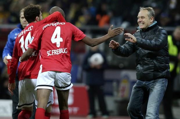 Fernandes, autor del gol, celebra junto a su compañero Mehmedi y el entrenador Streich. Fuente: welt.de/foto: getty images.