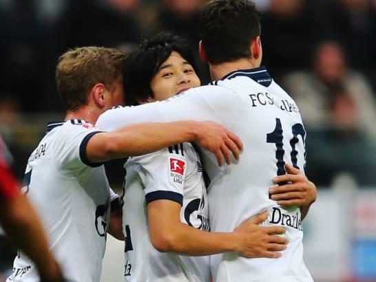 Meyer, Uchida y Draxler celebran el tanto inaugural en el marcador para el Schalke. Foto: Kicker.