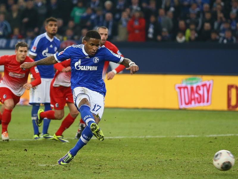 Farfán sentenciaría el partido desde el punto de penalty, consiguiendo el 2-0. Foto: Getty Images.