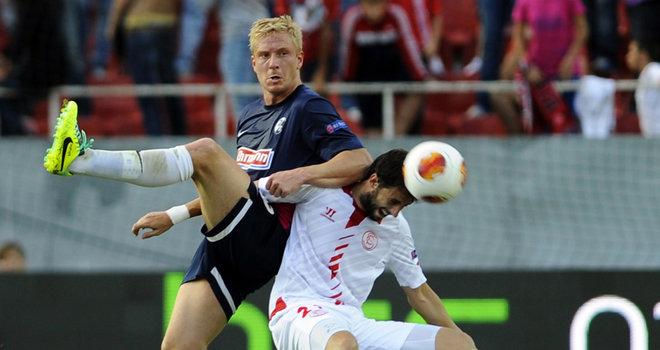 Hanke (izquierda) y Pareja (derecha) disputan el balón en el partido de ida. Fuente: skysports.com