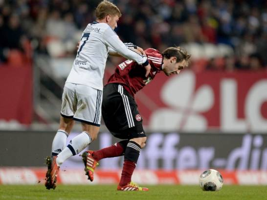 May Meyer (izq.) intenta frenar a Pinola (der.) durante el Nürnberg - Schalke 04. Foto: Getty Images.