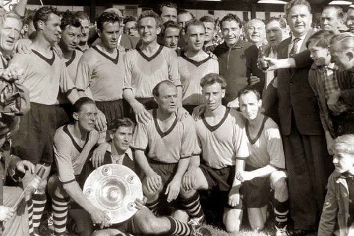 Imagen tras la consagración del Borussia Dortmund como campeón de la Oberliga de 1957.