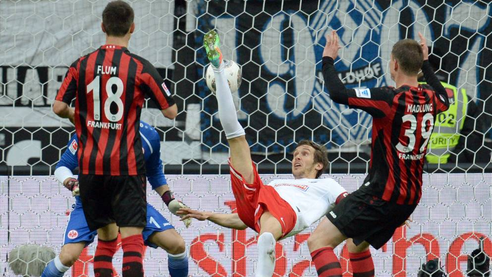 Schuster y su acrobacia para el 0-1. Foto: kicker // dpa.