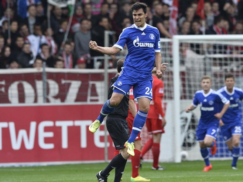 Kaan Ayhan celebra su primer tanto con la camiseta del Schalke 04 en la Bundesliga. Foto: Getty Images.
