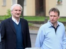 Reschke, a mano izquierda de Rudi Völler. Foto vía express.de