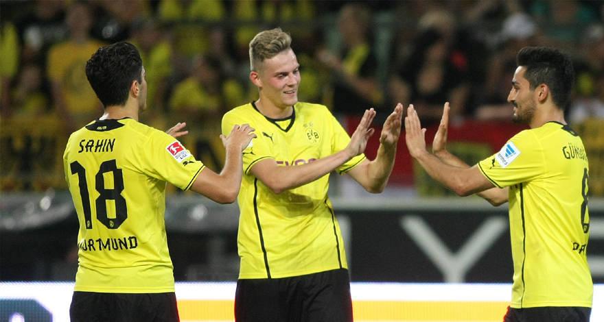 Ducksch junto a Nuri Sahin e Ilkay Gündogan. Foto vía bvb.de