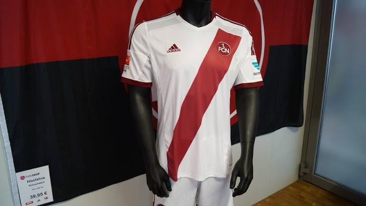 La camiseta visitante de 2014-15 también se usará esta temporada.