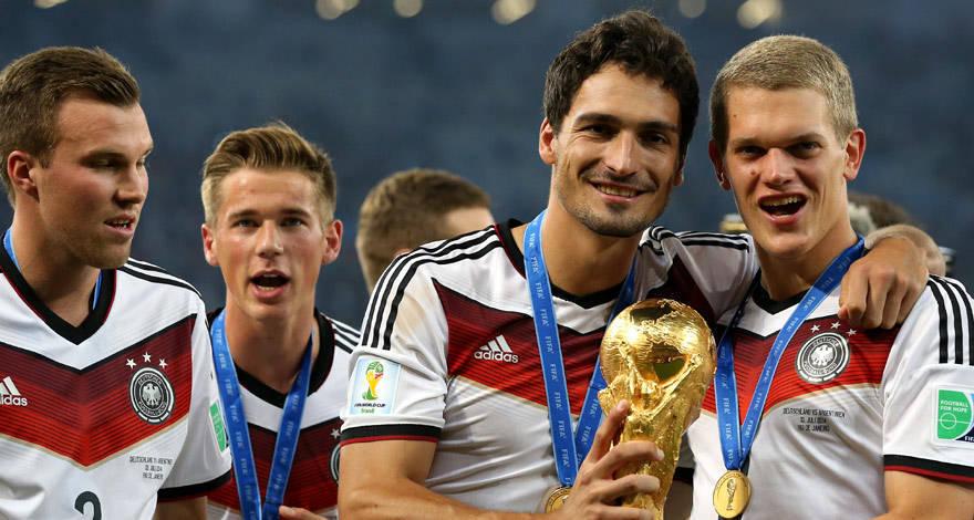 Ginter celebra el título mundial junto a Hummels, Durm y Grosskreutz. Mensaje. Foto: bvb.de