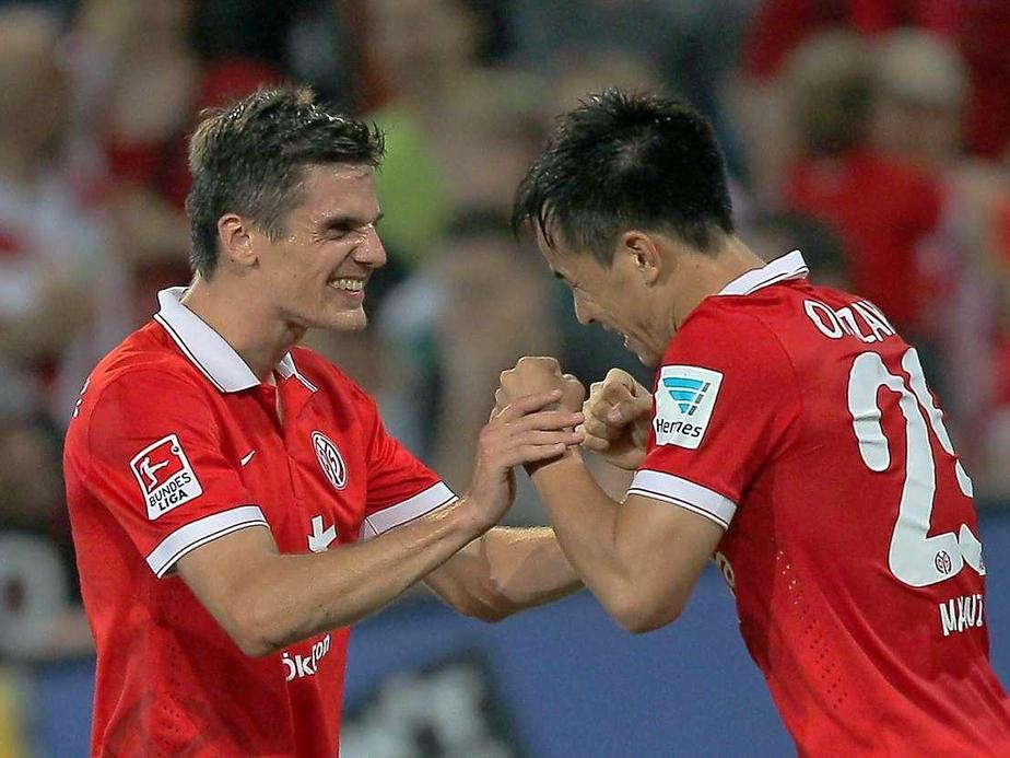 Jonas Hofmann (izq.), celebra junto a Shinji Okazaki (der.), tras el tanto del japonés ante el Borussia Dortmund. Foto: DPA.