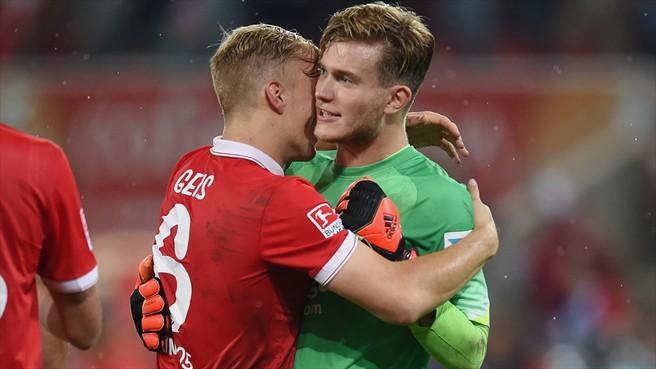 Johannes Geis (izq.), abraza a Loris Karius (der.), tras el penalti parado por el meta del Mainz en la útlima jornada ante el Dortmund. Foto: Alliance Pictures,