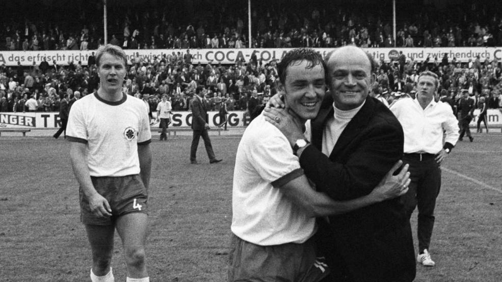 Alfred Preißler (der.) abraza a Dieter Brozulat (cent.), tras la victoria por 0-4 ante el Eintracht Braunschweig, en la cuarta jornada de la temporada 69/70. Foto: Imago.