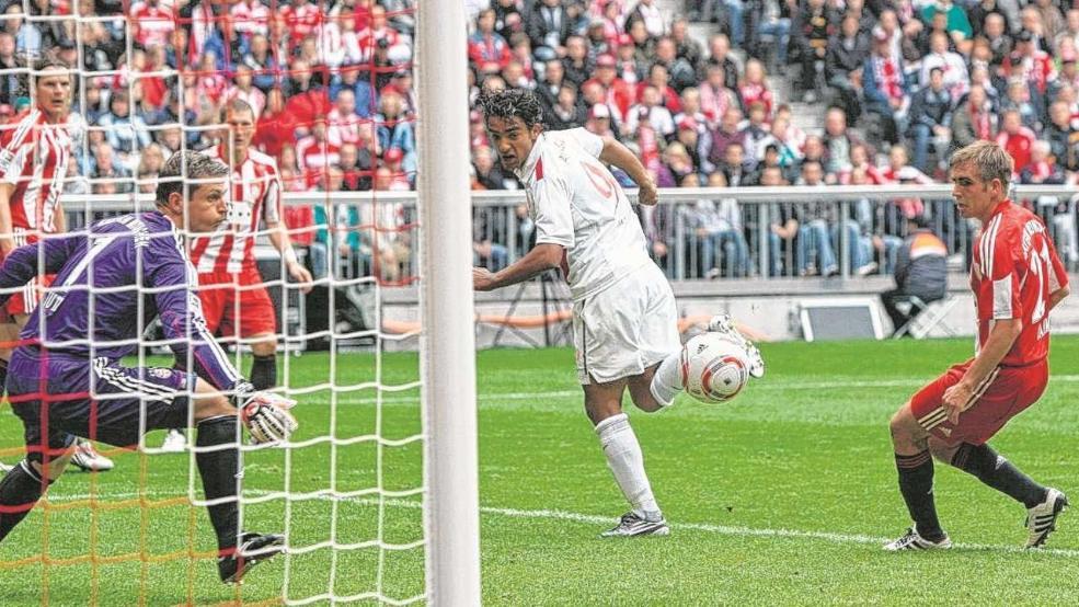 Ante la atenta mirada de Hans-Jörg Butt (izq.) y de Philipp Lahm (der.), Sami Allagui (cent.) define de tacón para adelantar al Mainz 05 en el Allianz Arena, en la posterior victoria por 1-2 de la sexta jornada de Bundesliga. Foto: Imago.