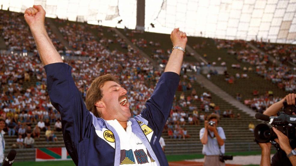 Uwe Reinders celebra eufórico la victoria de su equipo por 1-2 sobre el Bayern München, el 10 de agosto de 1991 en el Olympiastadion de Múnich. Foto: Imago.