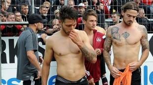 Nürnberg Karlsruhe. Jugadores entregan camisetas a aficionados. Foto vía bild.de