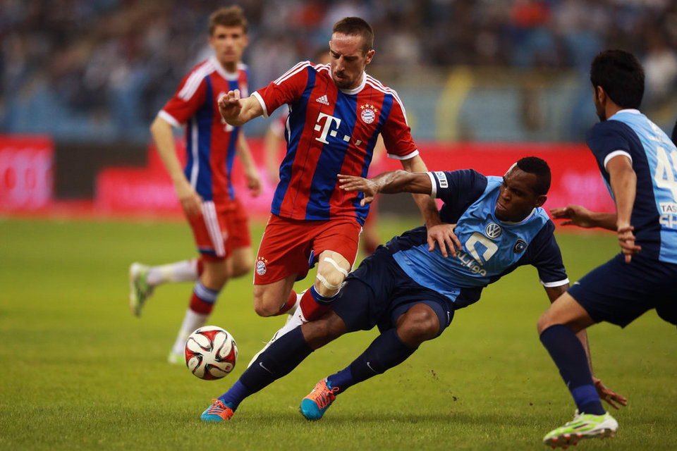 Ribéry escapando de un rival en el partido que desencadenó las polémicas. Foto: mundodeportivo.es/Alex Grimm