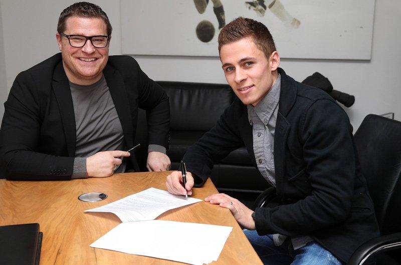 Hazard estampa su firma en el despacho ejecutivo del club. Foto: www.borussia.de