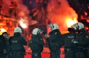 Policía antimotín Alemania contra ultras de la Bundesliga