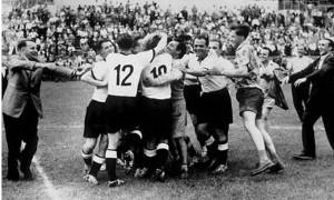 Celebración del equipo tras el pitazo final. Foto: La Simiente Negra.