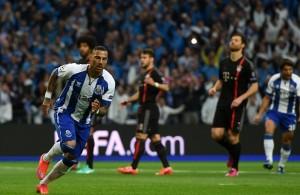 Porto's forward Ricardo Quaresma (L) cel