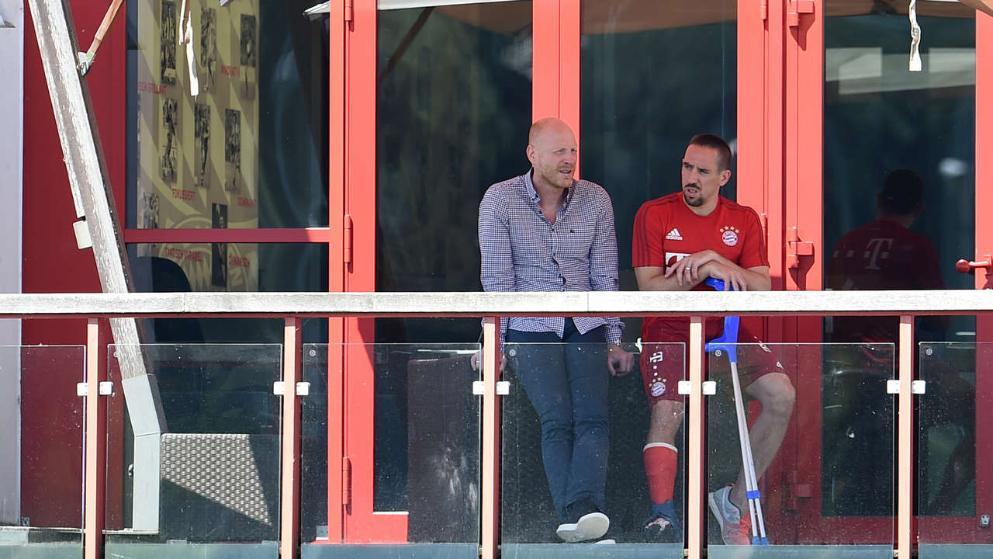 Franck Ribéry, en esta foto en compañía de Mathias Sammer (directivo del Bayern), fue espectador del entrenamiento en el complejo deportivo del Bayern. Fuente: bild.de
