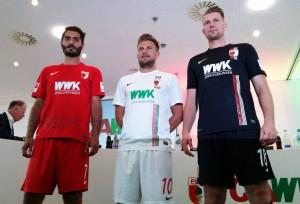 Uniformes del FC Augsburg para la temporada 2015-16 con el patrocinio de WWK. Imagen procedente de: footyheadlines.com