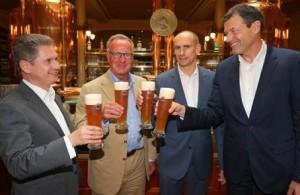 Rummenigge (centro) celebra el trato con Paulaner con una buena medida de cerveza. Foto: soccerex.com