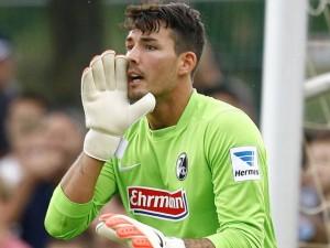 Roman Bürki con la camiseta de su ex equipo, el SC Freiburg. Imagen procedente de: paneecalcio.com