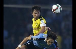 Mats Humels luchando un balón contra un jugador del Kawasaki Frontale. Imagen procedente de: dailystar.com.lb