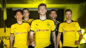 Marco Reus (centro) junto a otros compañeros en la presentación de la nueva camiseta. Imagen procedente de: pasionlibertadores.com