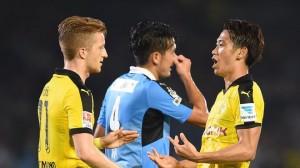 Marco Reus (izquierda) y Shinji Kagawa (derecha) celebrando un tanto en el partido que les enfrentó al Kawasaki Frontale. Imagen procedente de: assets.sport1.de